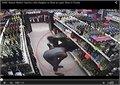אמא מלמדת את הבת שלה איך לגנוב בחנות