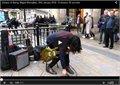 לאוהבי מוזיקה - זמר רחוב מבצע את Sultans of Swing