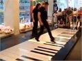 היה היה בפסנתר ענק , שני נגנים , 4 רגליים